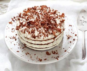 Comment décorer un gâteau sur les côtés ?
