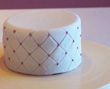 Comment faire tenir des perles de sucre sur un gâteau ?