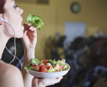 Est-ce que la salade fait gonfler le ventre ?
